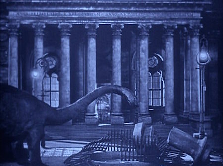 The Lost World 1925 film, dinosaur in front of building