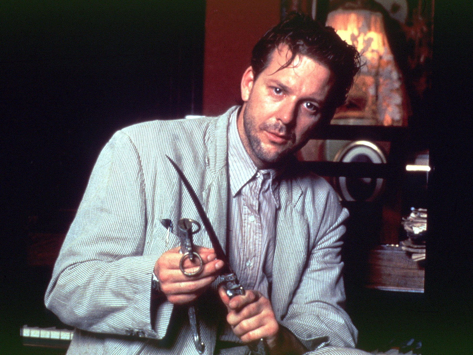 Harry Angel (Mickey Rourke) attempts to solve the mystery of the occult in 1950s New Orleans.