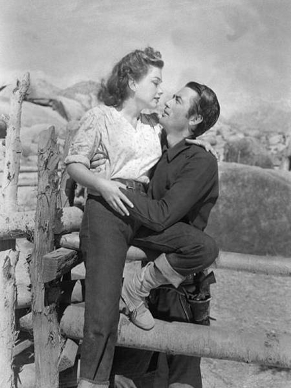 Gregory Peck as bank robber Stretch and Anne Baxter as miner's granddaughter Mike, in the western Yellow Sky.