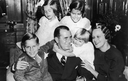 Grace kelly (upper left) and her family